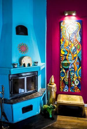 En klarturkos spis matchar bra till fondväggen i vardagsrummet.