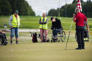 Den nya golfbanan i Dalsjö, kallad Lilla banan, har haft sitt första med testspelare från IBF Falun. På bilden är det Christian Hedberg från Hedemora som puttar.