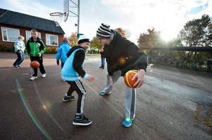 Borlänge Basket gör nu skolbesök för att få fler intresserade av basket. Emil Stolpe i fjärde klass och Adam Vujsic från Borlänge Basket möttes i en match på skolgården på Gylle skola.