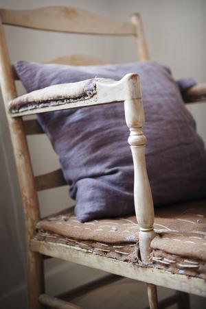 """En riktig skatt. Denna så kallade """"gripsholmsfotölj"""" är från cirka 1740–1750 och är handtvättad med olika kemikalier för att få fram den krämgula originalfärgen. Den har stått på greve Magnus Stenbocks herrgård Herrborum i Östergötland.""""Jag väljer alltid att strippa ner och ha kvar undertyget. Det är vackert som det är. """""""