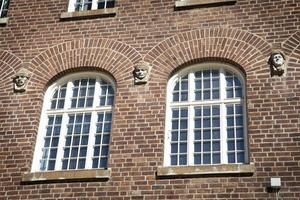 Guiden Anna Johansson berättar att de små figurerna på Sparbankshuset är detaljer som få östersundare verkar ha lagt märke till.   – Det är många som blir överraskade när jag pekar ut de fyra ansiktena. De har gått förbi byggnaden varje dag men aldrig sett dem.