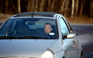 Kajsa fick göra trafikutbildningen i stället för pappa Tord Björkman. Hon åker på halkbanan och testar bromssträckor och undanmanöver. Foto: Johnny Fredborg