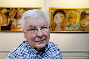 Nu porträttmålare. Åke Lindberg i sällskap med sin samling människor som minst av allt är några tråkiga bekantskaper.