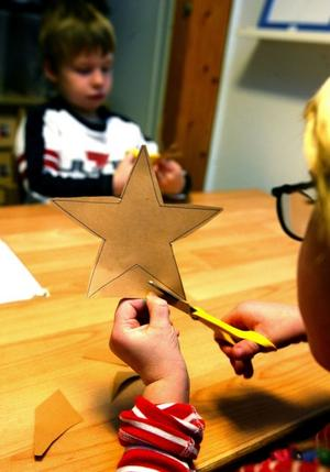 Stjärna. En stjärna av piprensare har dekorerats med pärlor och blir fin att hänga i fönstret eller i granen.