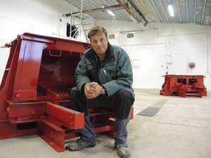 De femton gjutformarna placeras i ett lastrum på fabriken, i väntan på att börja användas.