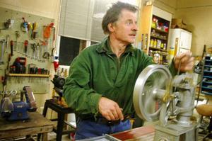 Bertil Sivertsson är den som håller  i studiecirkeln som håller på att konstruera en kopia av John Ericssons berömda kalorikmaskin.