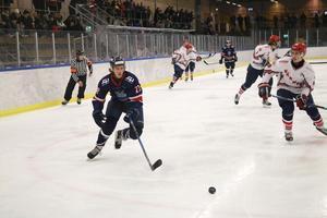 Sebastian Lind, Nynäs Hockey, i full fart.