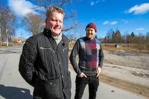 Thomas Hansen och Olle Norqvist, tidigare planingenjör, besökte platsen tidigare under året för att se hur planerna för Dollarstore och Jem & Fix kan bli i praktiken.Bild: FP-arkiv