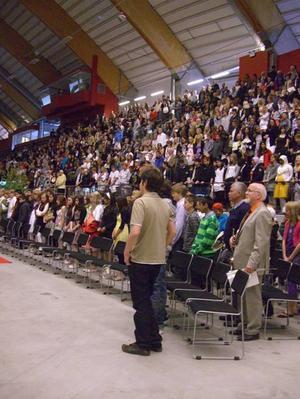 Inviger. Murgårdsskolans elever var först ut att ha sin skolavslutning       i nya Göransson Arena i Sandviken. I går fanns det gott om plats på läktaren för släkten.