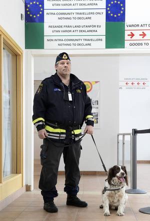 I torsdags stod Joakim Bergström och Jasper redo på Midlanda för att kontrollera resenärerna som kom från Gran Canaria.