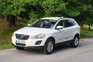Volvo XC60 DRIVe är till utseendet identisk med den fyrhjulsdrivna AWD-modellen. Enda skillnaden är emblemet på bakluckan.