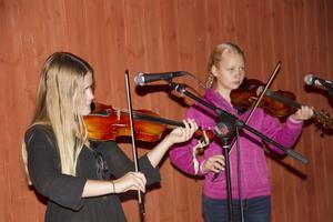 Agnes Myrberg och Lisa Nilsson spelade fiol inne på teaterscenen.