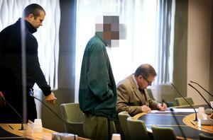 Den mormisstänkte 20-åringen med sin advokat, Peter Lindström. Han hävdar att det inte kan bli fråga om att döma 20-åringen för mord.