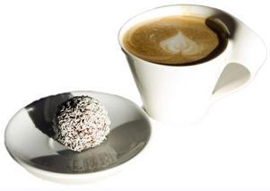 Latte i jättekopp med maffig chokladboll är standardfika för tjejen.