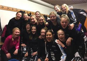 Jubel i SAIK:s omklädningsrum sedan laget besegrat Hammarby med 3–0 och tagit första segern för säsongen.