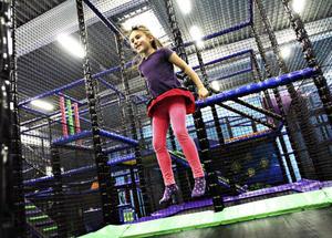 ÄNTLIGEN. Elsa Rahm, 6, tycker att det är roligast att hoppa.