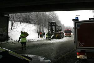 En truck körde in i viadukten under Staffansbron. Föraren fördes till sjukhus för vård.