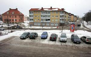 Parkeringen kommer att flyttas upp en bit och därmed kommer även Östra Järnvägsgatan också att flyttas. Det blir även ny infart till bostadsrättsföreningen Hjorten.FOTO: MIKAEL ERIKSSON
