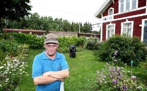 Ett dyster besked. Bernt och Gullbei Andersson, 74, har hyrt Ornäs station sedan 1973. Nu ska de bort senast sista september. Stationen ska rivas.– Det var ett tungt besked att få, säger Bernt.Foto: Johnny Fredborg.