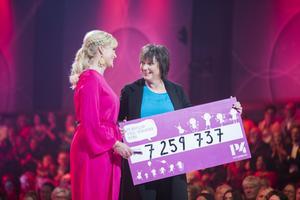 Kattis Ahlström var en av programledarna av Världens Barn-galan i SVT i helgen. Här mottar hon en check från Sveriges Radio P4:s Lotta Bromé.