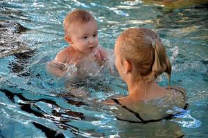 Föräldrar och barn badar tillsammans och blir trygga i vattnet. Barnen lär sig att flyta, ligga i magläge och få vattenvana.