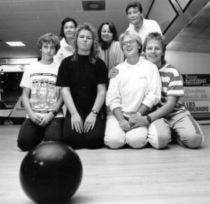 1988. Nya bowlingklubben för ungdomar mellan 12 och 20 år, BK Hot Line. Nedre raden från vänster: Thomas Park Karlsson, Linda Svensson, Ulrika Engqvist och Magnus Lie. Övre raden från vänster: Gunilla Klemens (ledare), Lena Gustafsson och Märta Ström (ledare).