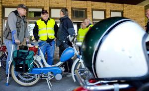 Gemenskap. Delat intresse gör samtalet enkelt. Bert Lehnberg, Eine Brandt och Bosse Svensson diskuterar motorer.