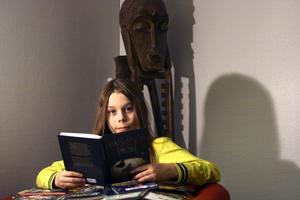 Läsuggla. Jesper Rickard, elva år läser helst spännande böcker. Han läste så många att han blev utnämnd till Hallsbergs läsuggla.