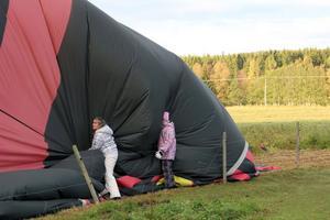 Vi har landat och nu ska ballongen tömmas på luft och vikas ihop. Här jobbar Åsa Iggström och dottern Sanna.
