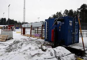 Anläggningen som ska ge konstfrusen is på Löta är nu på plats och i bruk. Men det är först vid +2 grader som den startas.