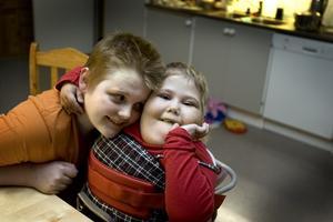 Är det något som Alicia gillar så är det kramar. Mattias har inget emot att kramas med sin syster.