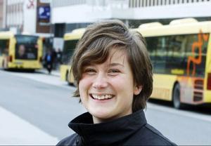 – Till årsskiftet ska alla bussarna vara utbytta.  De nya kommer att drivas med miljövänligt bränsle, säger Karin Axén, Stadsbussarnas platschef.