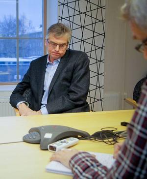 Anna-Caren Sätherberg (S) vill att Per Åsling (C) svarar på ett antal frågor.