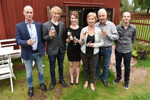 Hela gänger utanför Café Zorn: Tomas Dölfors, Markus, Ellinor, Eva och Jörgen Andersson samt Jonas Bälter.