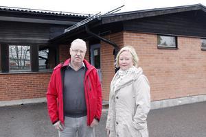 Socialdemokraterna Olle Jansson och Ulrika tycker inte att den borgerliga majoriteten tar sitt ansvar när det gäller framtiden för eleverna på Bålbroskolan. Foto: Therése Söderlund