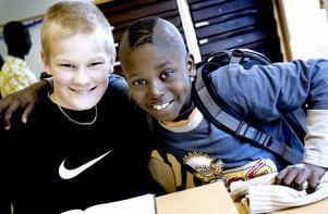 Elvaåriga Gustav Sjökvist och klassens busiga lillebror Pamaso Janneh.