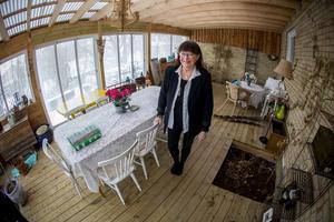 Sommartid kan gästerna välja att sätta sig till bords i den nybyggda uteverandan där odlingsbassänger i golvet vittnar om hennes stora intresse för odling.
