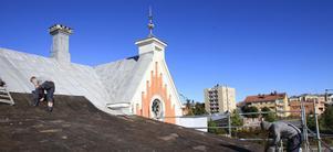 Alexander Vintish och Andreas Bladh har börjat ta bort den gamla takplåten från stationshuset.
