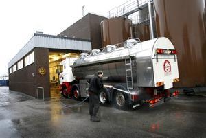 Peter Lind tvättar mjölkbilen innan den öppnas vid Gefleortens mejeri.