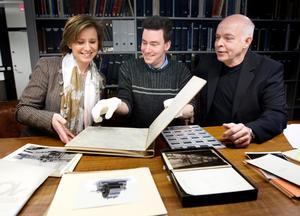 Suzanne Lagerholm, ABB, och Ivan Klaesson och Carl-Magnus Gagge från Västmanlands läns museum med några av de gamla bilderna.