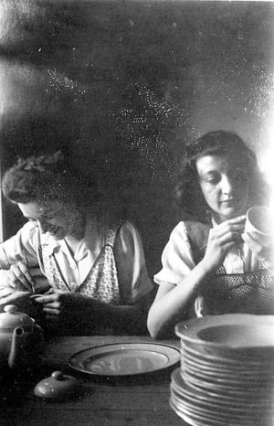 En bild från tidigt 1940-tal där Algy Bsenko, till vänster, och arbetskamraten Svea Löf målar porslinet Swing.