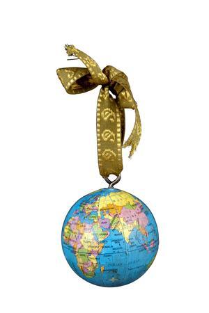 Julen firas ju över hela världen så vad passar bättre än att hänga en jordglob i granen? Den här är liten och behändig och kostar 35 kronor på Indiska. Foto: Indiska