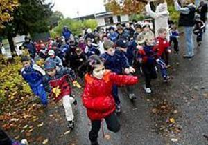 Foto: NICK BLACKMON Full fart. När starten äntligen gick satte alla barnen i 6-års, ettan och tvåan i Sörbyskolan full fart.