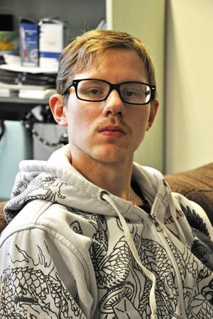 Tobias Alkemar, 22 år, och beskriver livet som ung och arbetslös som svårt.