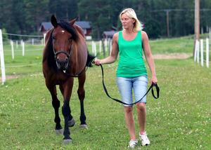 Beate Persson är upprörd över att sambon fick vänta så länge på ambulans och vård.