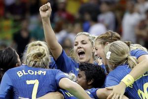 Svenska landslaget firar efter premiärsegern mot Argentina.