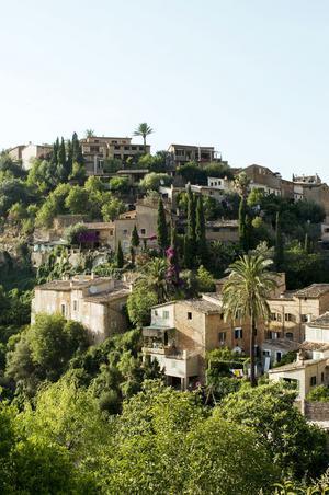 Byn Deiá ligger vackert, uppkrupen på en kulle.