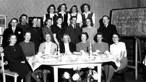 Monica Norbergs syster Ulla-Britta Norberg Schedin deltog i  en studiecirkel  i engelska på Hemgården som leddes av Anna-Britta Perry. Anna-Britta sitter i mitten vid bordet med vit blus och mörk jacka. Ulla-Britta står snett bakom henne.
