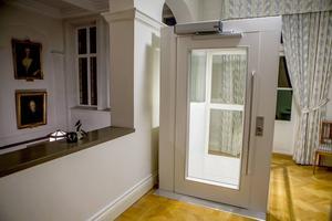Hissen gör biskopsgården tillgänglig för alla besökare.