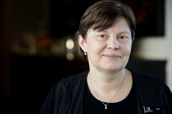 Agnieszka Gladka är proffs på att bädda. Hon visar hur man kan få det lika snyggt hemma som på ett förstklassigt hotell.